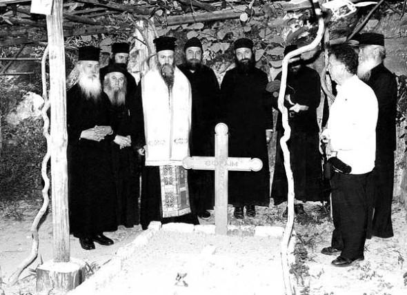 Mitropolitul Ierotheos Vlachos la mormântul părintelui Efrem