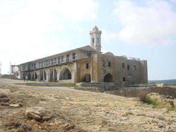 Mănăstirea istorică a Sfântului Andrei din Karpasía, aşa cum arată astăzi, în plin proces de degradare, după invadarea Ciprului de către armata turcă.