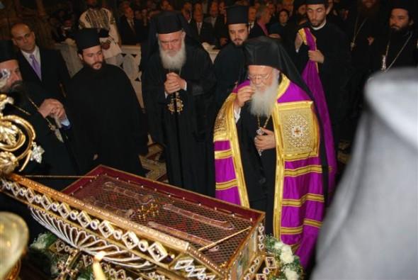Patriarhul Ecumeni Bartolomeu I închinându-se moaştelor cuviosului Geórgios Karslídis