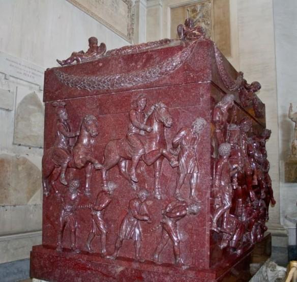 Sarcofagul Sfintei Elena. A fost realizat cel mai probabil pentru Constantin cel Mare. Călăreți romani biruitori și prizonieri barbari epuizați împodobesc de jur împrejur sarcofagul.