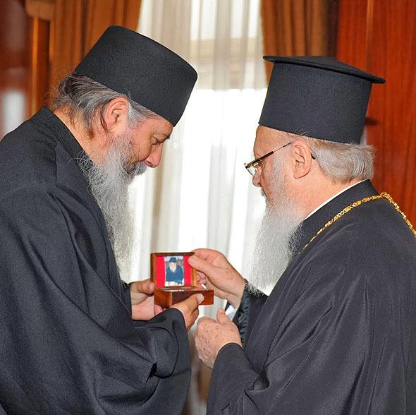 Parintele Gheorghie Kavsokalivitul aducand patriarhului Ecumenic Bartolomeu I putin pamant de pe mormantul Cuviosului Porfirie - dec 2013