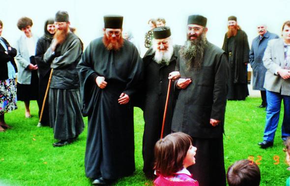 Gheronda Sofronie (†1993), împreună cu Gheronda Efrem, egumenul Sfintei Mari Mănăstiri a Vatopedului (stânga imaginii)