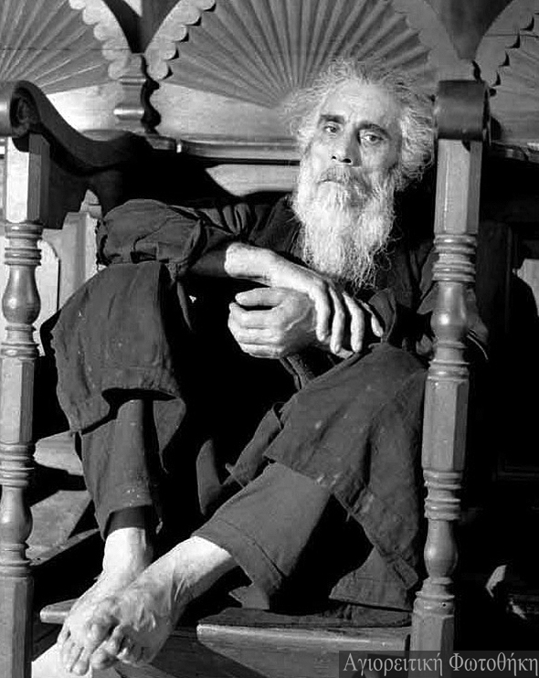 Monahul Trifon din Karyes, paracliser la Protaton (foto Pavlos Mylonas 1967) IN