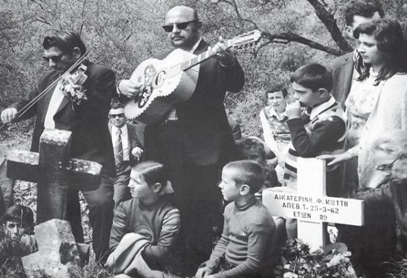 Cântec la mormânt, localitatea Gyroméri (Filiatón), 1978. Muzeul Benáki, Atena, Arhiva fotografică (Din cartea lui Kóstas Baláfas, Epir, Edit. Potamós, Atena, 2003, p. 164-165)