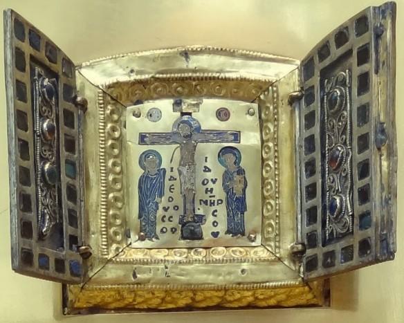 Tripticul bizantin interior, care conține părticele din Cinstitul Lemn (deschis). În spatele scenei Răstignirii, într-o cavitate de lemn secretă, s-au găsit o părticică din Cinstitul Lemn, o parte din veșmântul Maicii Domnului, o piatră din Preasfântul Mormânt și o foaie de pergament cu următoarea inscripție în latină: De ligno Domini, de sepulchro domini, de vestimento marie virginis.