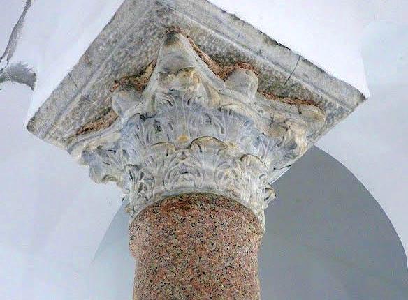Un minunat capitel corintic, probabil mai vechi decât biserica