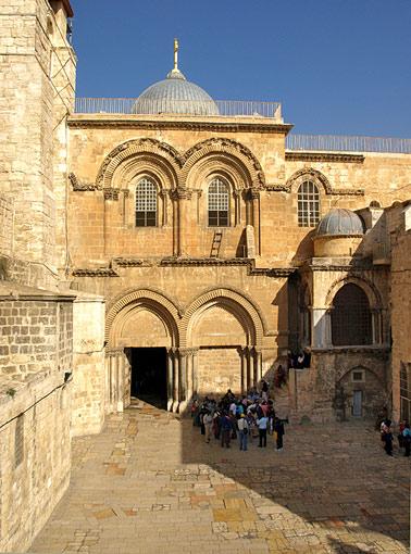 Curtea şi intrarea Bisericii Învierii.