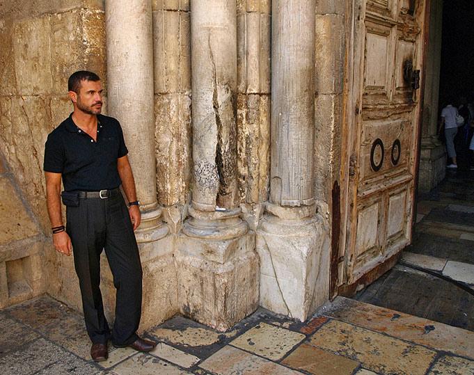 Coloana din partea stângă a uşii Bisericii Învierii care s-a crăpat şi lângă ea autorul cărţii. Despicătura are o înălţime de 1,20m şi seamănă cu o flacără care se suie în sus.